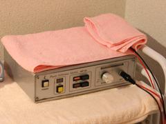 このマシンから出る微弱の電流が、セラピストの体内を通って手の平から肌へ働きかけます